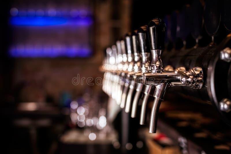 啤酒在酒吧的轻拍列阵 图库摄影