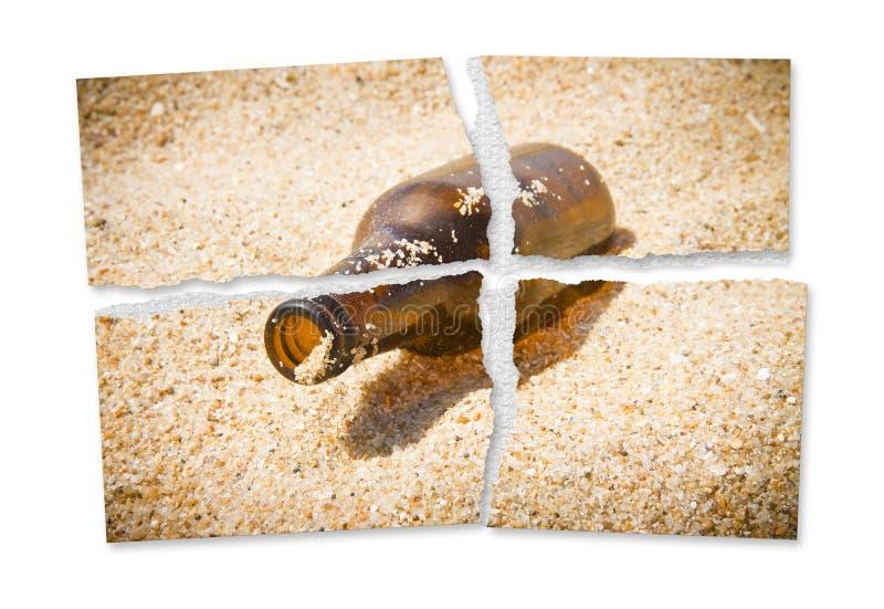 啤酒基于海滩- Alcoholi的一个瓶的被剥去的照片 库存图片