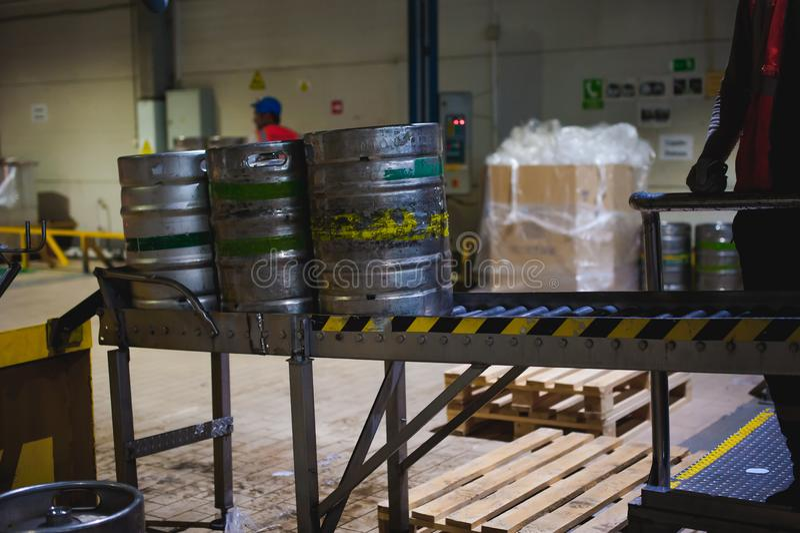 啤酒小桶 许多在仓库里金属化在行的啤酒小桶立场 免版税图库摄影