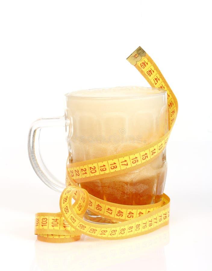 啤酒杯和卷尺 免版税图库摄影