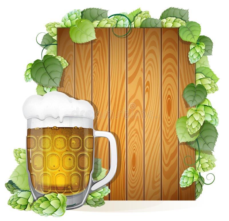 啤酒杯和蛇麻草在木背景 皇族释放例证