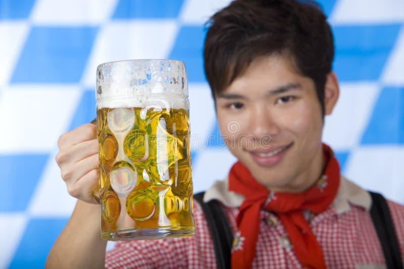 啤酒欢呼人质量oktoberfest啤酒杯 免版税库存图片