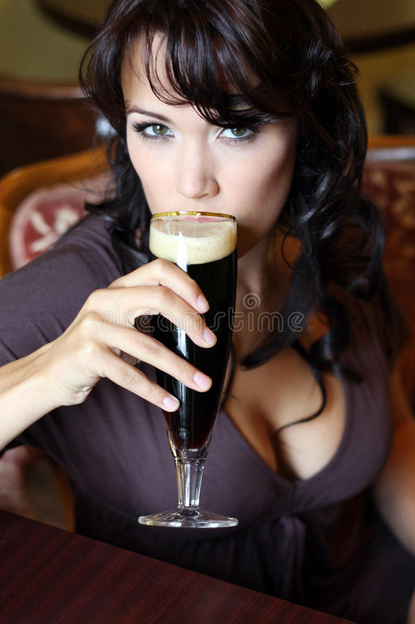 啤酒深色的玻璃餐馆年轻人 图库摄影