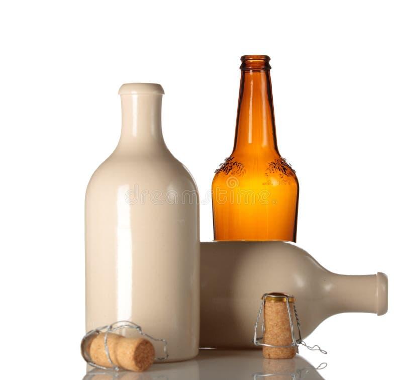啤酒瓶陶瓷黄柏倒空 免版税库存照片