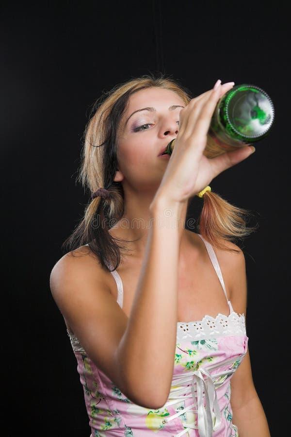 啤酒瓶饮用的夫人年轻人 库存图片