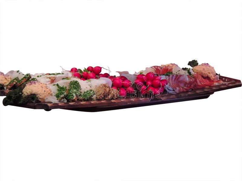 啤酒的快餐在一个大木盘子:萝卜,火腿,沙拉,三明治 背景查出的白色 库存图片