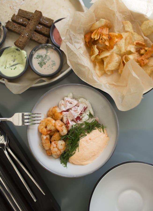 啤酒的快餐 虾,调味汁,芯片,敬酒与拷贝空间的顶视图 库存图片