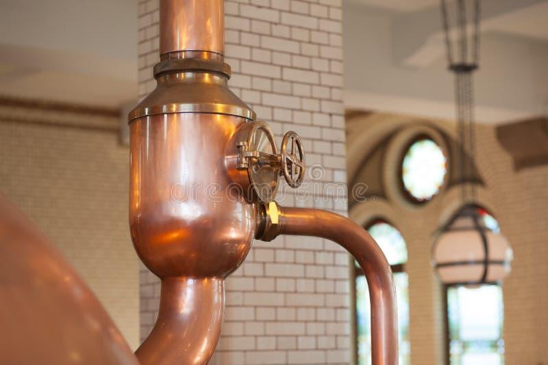 啤酒的蒸馏器罐在工厂在阿姆斯特丹 免版税库存图片