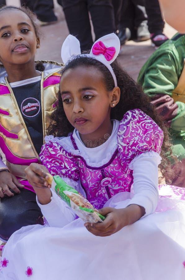 啤酒舍瓦,以色列- 2015年3月5日:两礼服和狂欢节服装的深色皮肤的女孩 免版税库存照片