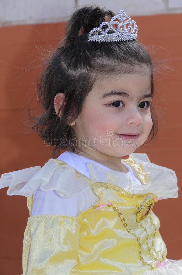 啤酒舍瓦,以色列- 2015年3月5日:礼服的女孩淡黄与冠-普珥节 图库摄影