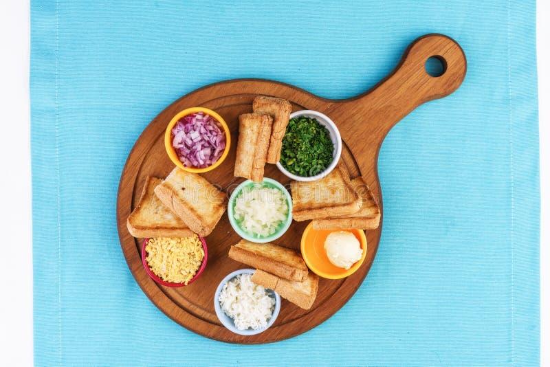 啤酒设置与洋葱圈、面包多士和调味汁根据地中海食谱 库存图片