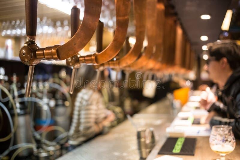 啤酒酒吧客栈轻拍,柜台有迷离客栈背景 布鲁塞尔比利时 免版税库存照片