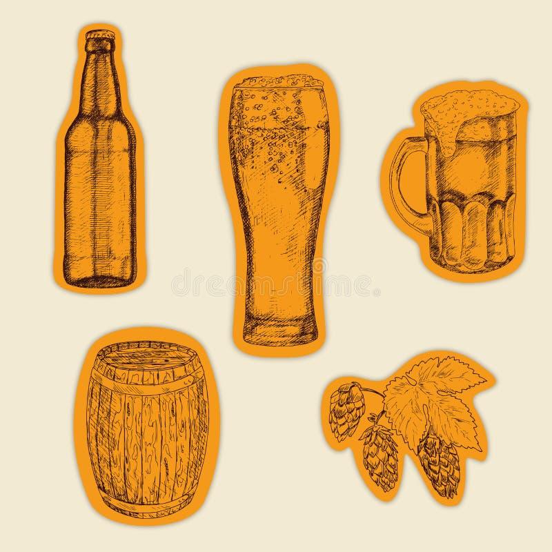 啤酒集 啤酒杯和杯子、蛇麻草、桶和瓶 手拉的套贴纸 库存例证