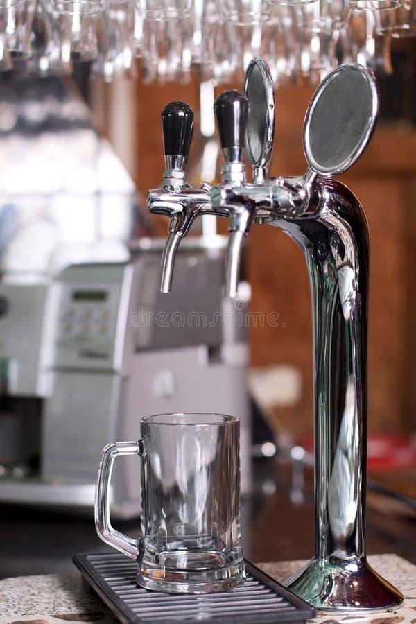啤酒龙头倾吐的银 免版税图库摄影