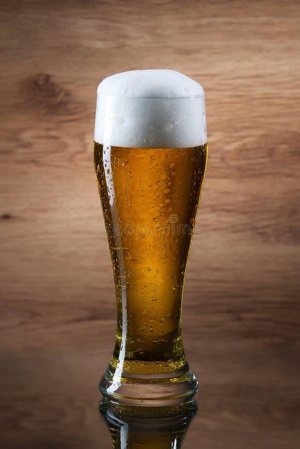 啤酒 啤酒Gass在木背景的 库存图片