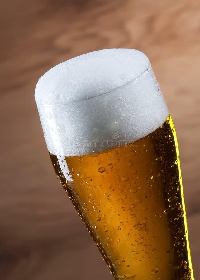 啤酒 啤酒Gass在木背景的 免版税库存照片