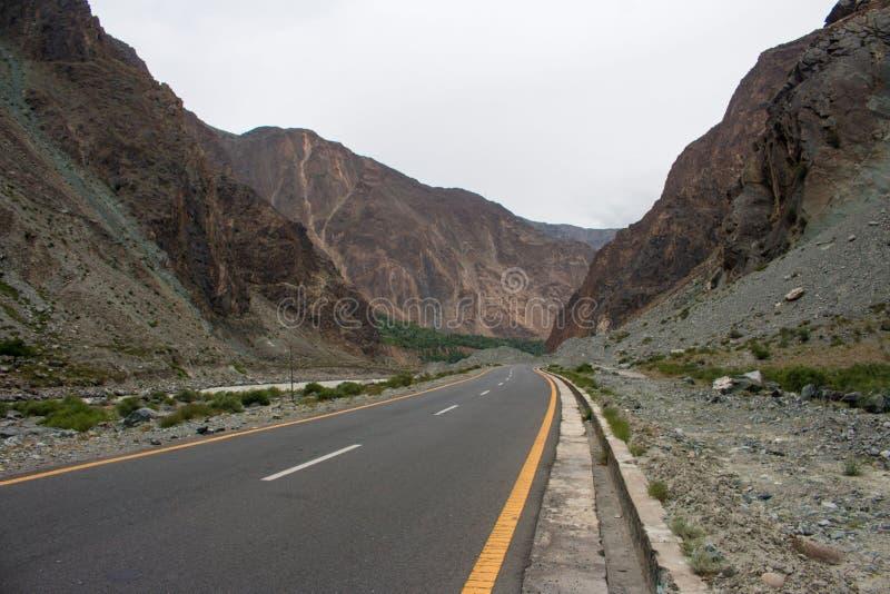 喀喇昆仑山脉高速公路美丽的景色  库存照片