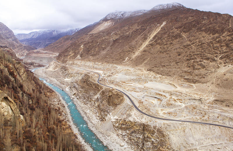 喀喇昆仑山脉高速公路在Kasmir,巴基斯坦 库存图片