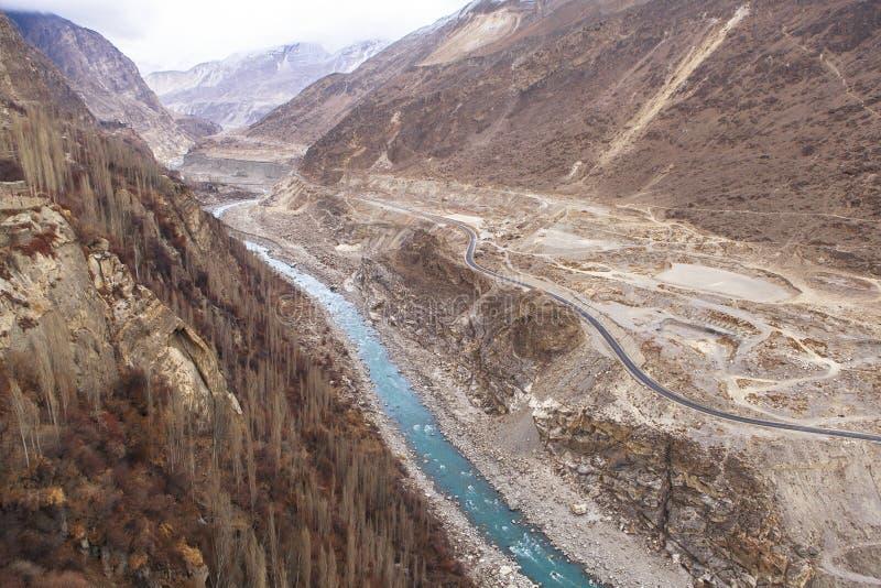 喀喇昆仑山脉高速公路在Kasmir,巴基斯坦 免版税库存照片
