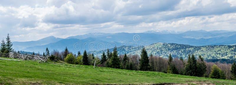 喀尔巴阡山脉的春天全景 免版税库存图片