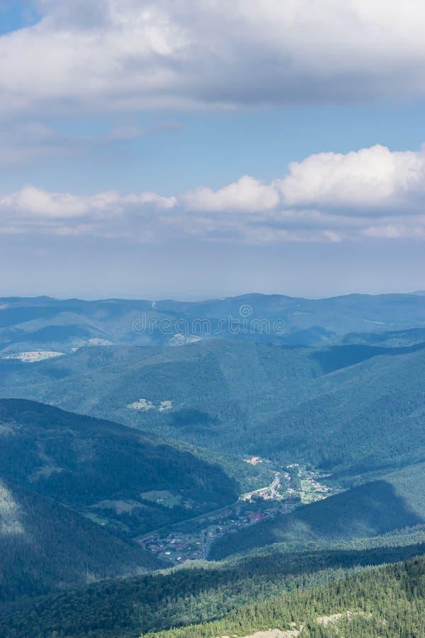 喀尔巴阡山脉的谷的村庄 库存图片