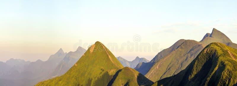 喀尔巴阡山脉风景在夏天 地区莫斯科一幅全景 在乌克兰山的日落 宽全景 免版税库存图片