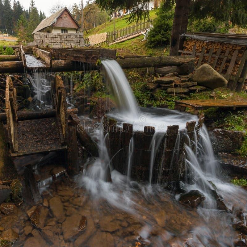 喀尔巴阡山脉的山顶视图 山河在秋天森林里,木盆用水 免版税库存照片