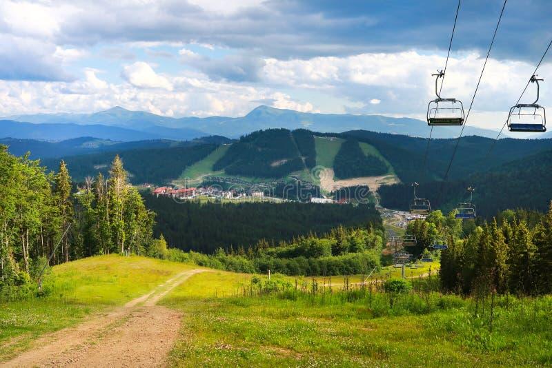 喀尔巴阡山脉风景夏天视图在Bukovel,乌克兰 绿色森林、小山、象草的草甸和蓝天 免版税图库摄影