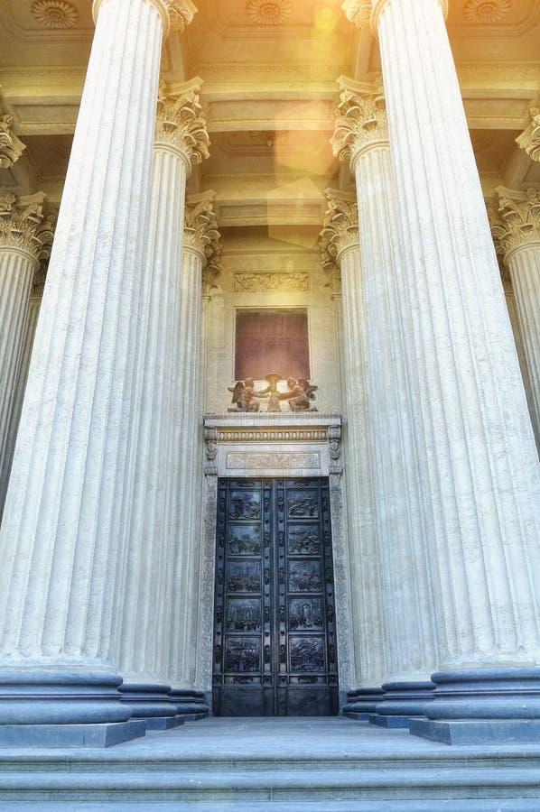 喀山大教堂在圣彼德堡,俄罗斯 在高专栏之间的古铜色门在阳光下 库存图片