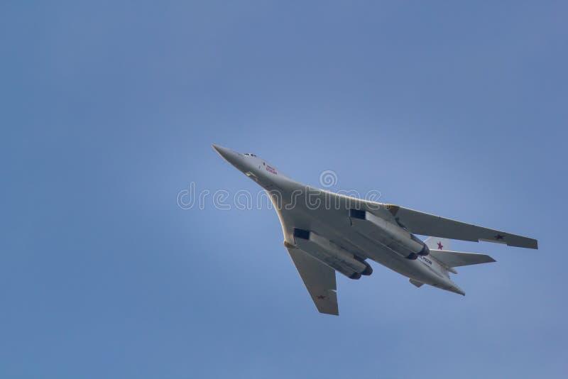 喀山,俄罗斯联邦- 2018年8月, -飞行在市的战斗机喀山,参加飞行表演 免版税库存图片