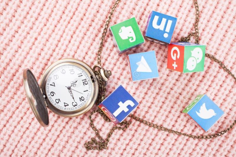 喀山,俄罗斯- 2018年3月06日:与普遍的人脉商标和时钟的纸立方体 免版税图库摄影