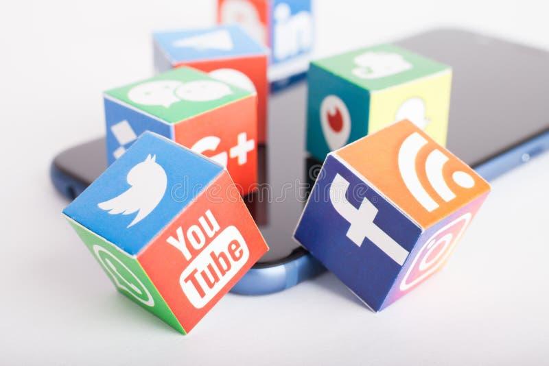 喀山,俄罗斯- 2018年1月27日:与普遍的社会媒介商标的纸立方体在智能手机说谎 免版税库存图片
