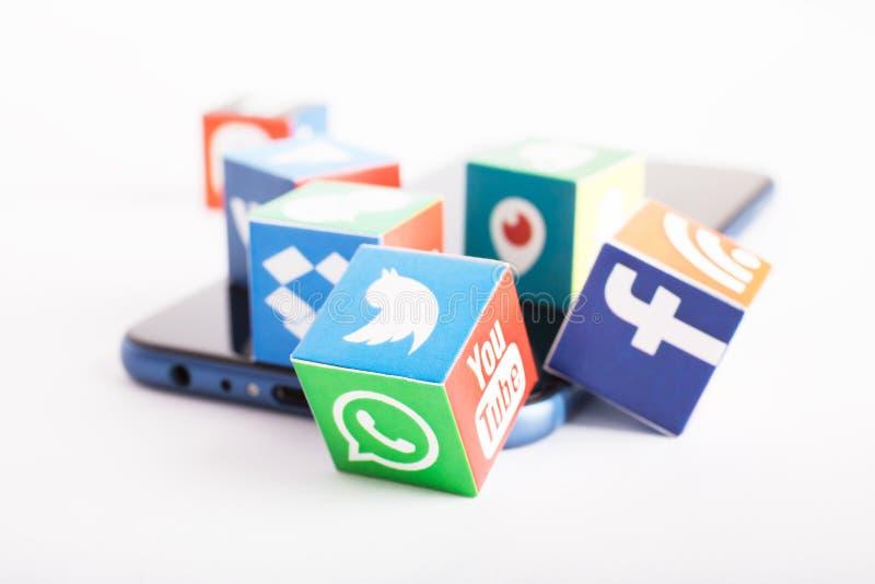 喀山,俄罗斯- 2018年1月27日:与普遍的社会媒介商标的纸立方体在智能手机说谎 免版税库存照片