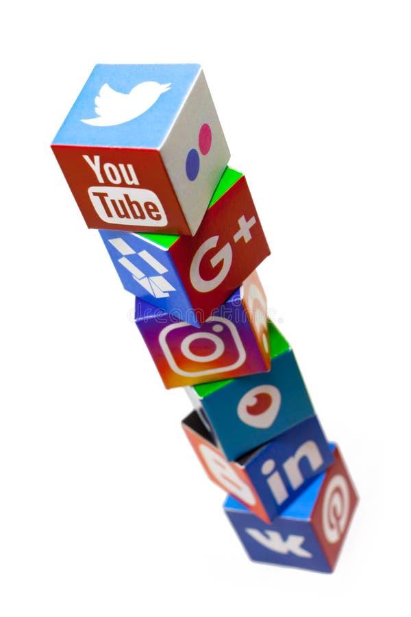 喀山,俄罗斯- 2017年12月20日:与普遍的社会媒介商标的纸立方体 免版税图库摄影