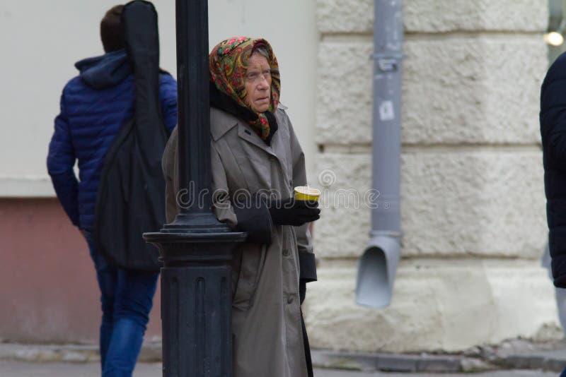 喀山,俄罗斯- 2017年9月5日:在Baumana街道上的可怜的妇女请求金钱或食物 免版税库存图片