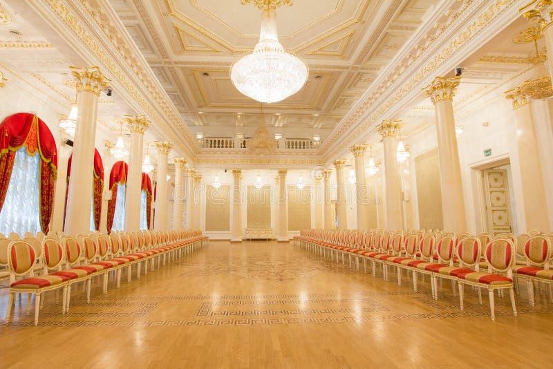 喀山,俄罗斯- 2017年1月16日,香港大会堂-豪华和美好的旅游地方-金黄舞厅 免版税图库摄影