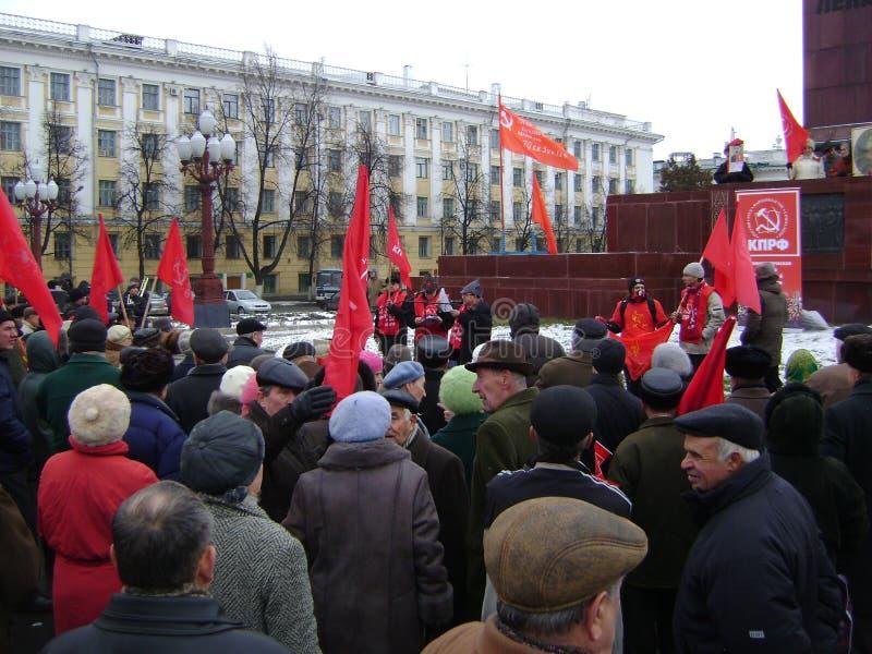 喀山,俄罗斯- 2009年11月7日:共党示范 人们听领导在列宁的纪念碑附近- 免版税图库摄影