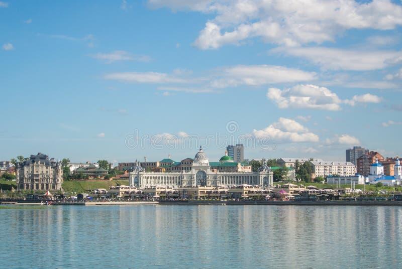 喀山,俄罗斯- 2016年6月25日:对喀山农夫堤防和宫殿的一幅全景  库存图片