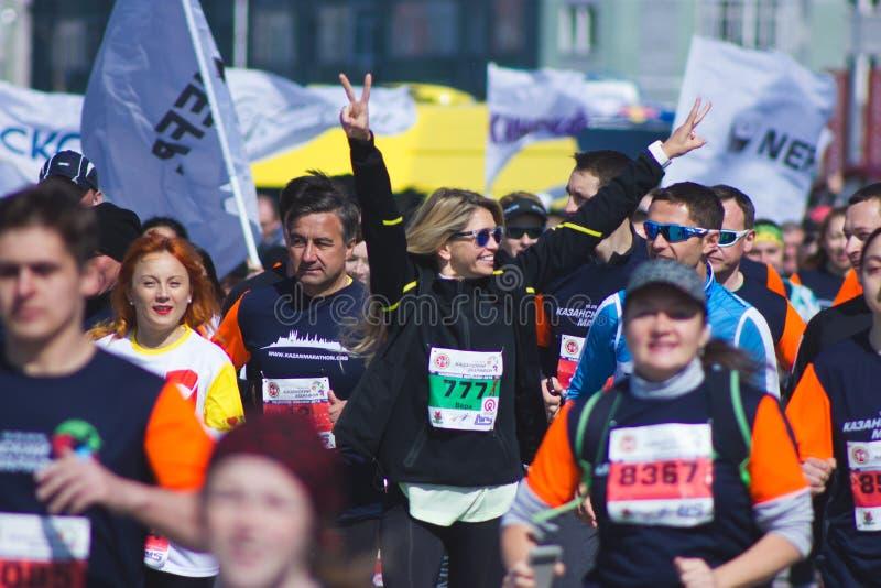 喀山,俄罗斯- 2016年5月15日:马拉松-与其他赛跑者的普遍的俄国流行音乐星维拉Brejneva奔跑 图库摄影