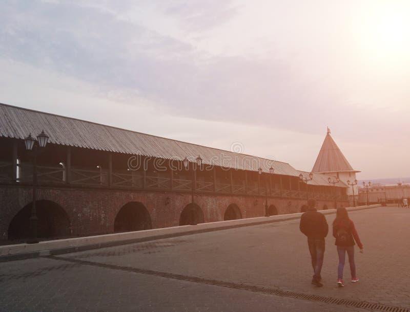 喀山,俄罗斯-, 2018年:喀山克里姆林宫的塔的看法从里面的:正方形和墙壁  免版税库存照片