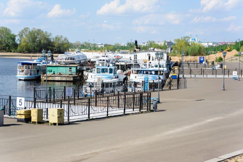 喀山,鞑靼斯坦共和国/俄罗斯- 2019年5月10日:卡昝河口岸 船的储积在同一个码头的 开始运输航海 库存图片