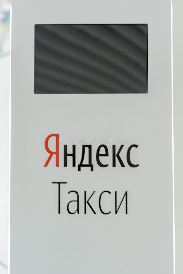 """喀山,鞑靼斯坦共和国/俄罗斯- 2019年5月10日:网上出租汽车预定的服务多语种终端自助:""""Yandex出租汽车"""" 免版税图库摄影"""