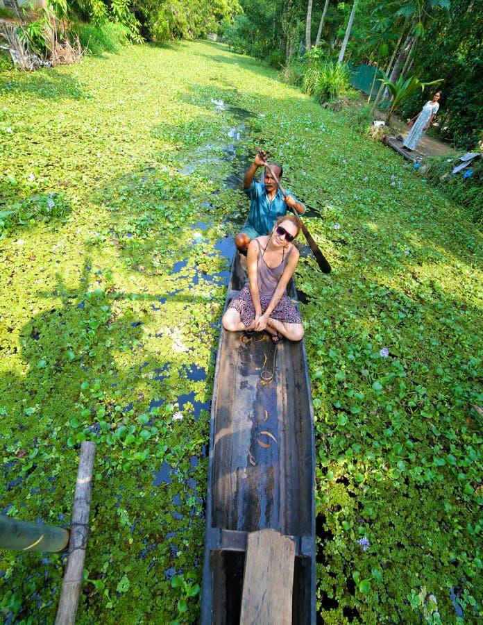 喀拉拉,印度- 2013年4月:在alleppey死水的独木舟 库存照片