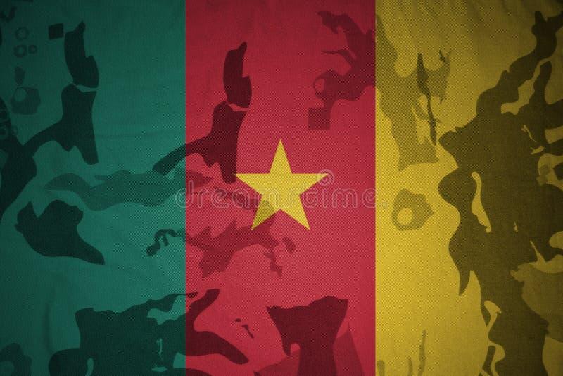 喀麦隆的旗子卡其色的纹理的 装甲攻击机体关闭概念标志绿色m4a1军用步枪s射击了数据条工作室作战u 免版税库存照片