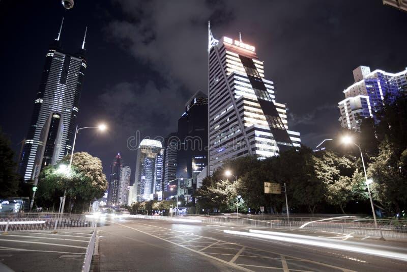 喂上升大厦和车通勤在夜间 库存照片