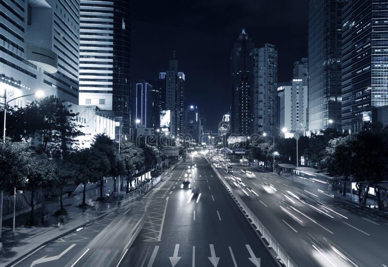 喂上升大厦和车通勤在夜间 免版税库存照片