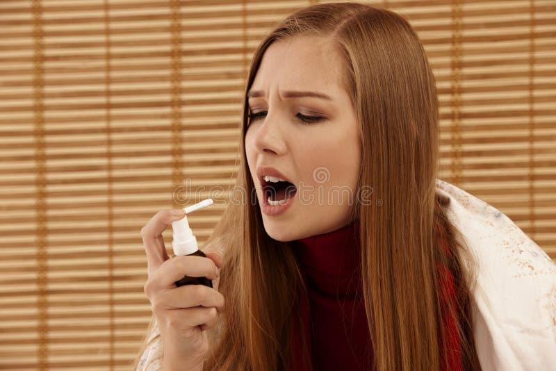 喉咙痛的浪花 对待她的喉头wi妇女的照片 免版税库存照片