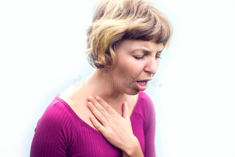 喉头痛苦 遭受痛苦吞下, Touchi的不适的妇女 库存照片