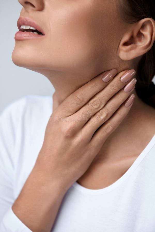 喉头痛苦 有喉咙痛的,痛苦的感觉特写镜头妇女 库存照片
