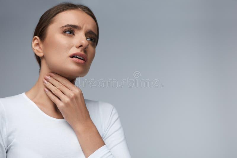 喉头痛苦 有美丽的妇女喉咙痛,痛苦的感觉 免版税库存照片